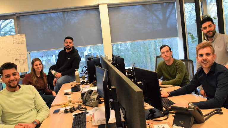 Team zon-adviseurs geven advies over zonnepanelen